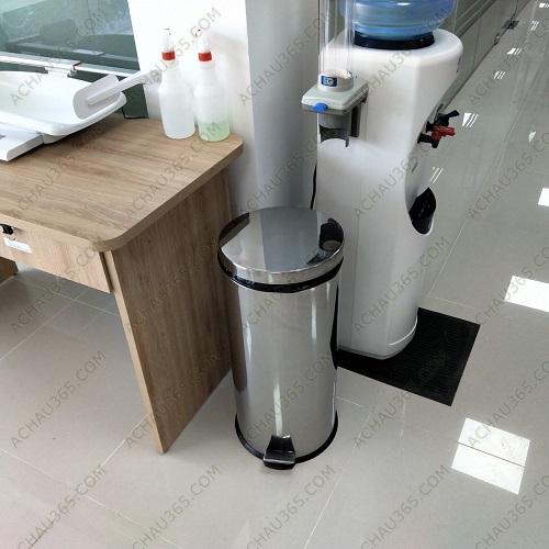 Thùng tác inox đạp chân 20 - 30 lít đặt trong phòng